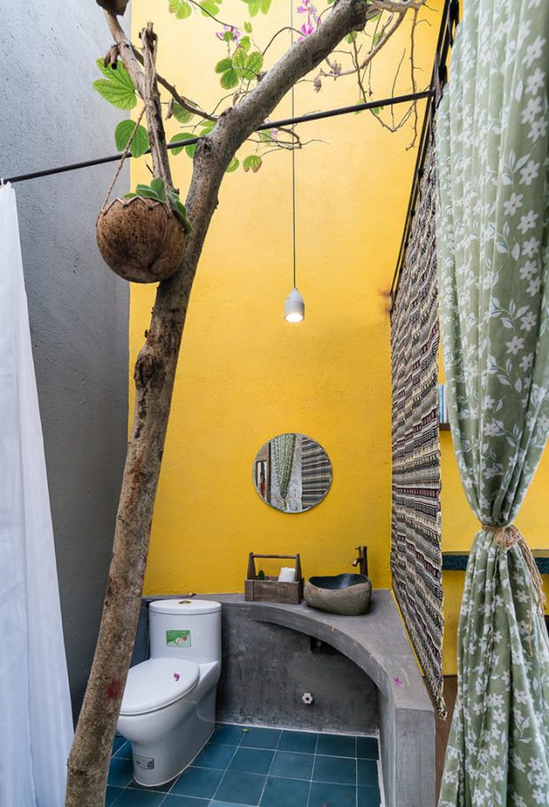 ห้องน้ำคอนกรีตทาสีสด ๆ