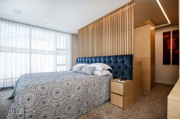 ห้องนอนผนังตกแต่งไม้ระแนง