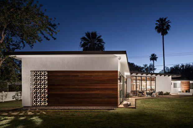 บ้านผนังไม้และบล็อกช่องลม