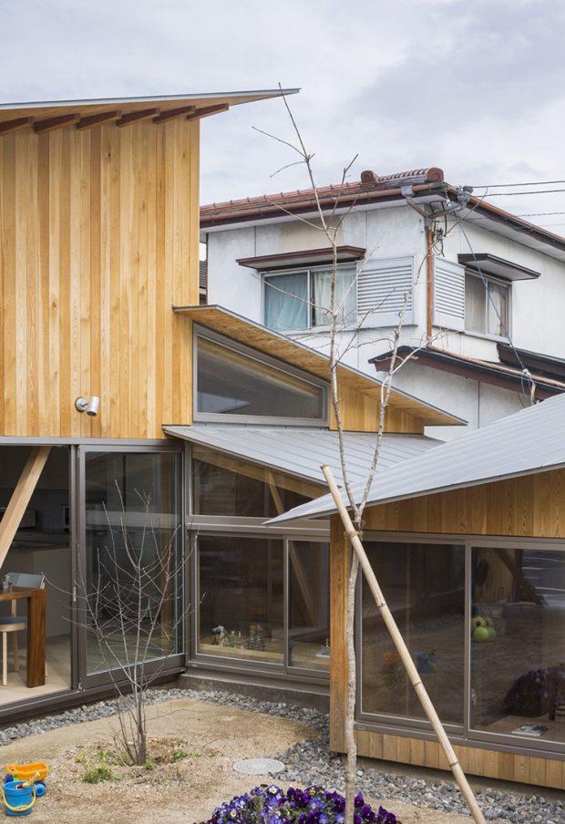 บ้านชั้นเดียวที่ต่อเชื่อมกับบ้านสองชั้น