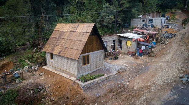 บ้านจากอิฐบล็อกและไม้