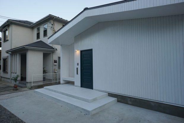 บ้านเรียบ ๆ โทนสีขาว-เทา