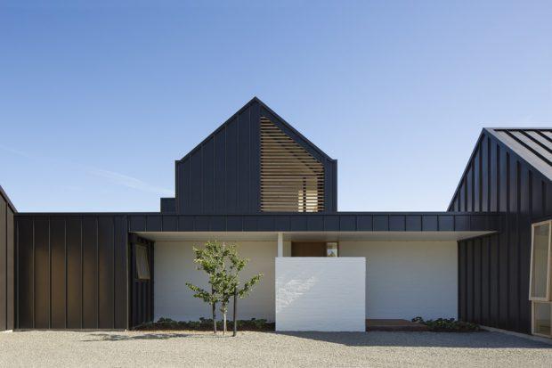 บ้านหลังคาจั่วโมเดิร์นสีขาว-ดำ