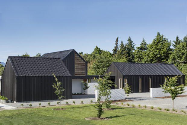 บ้านหลังคาจั่วโทนสีดำขาว