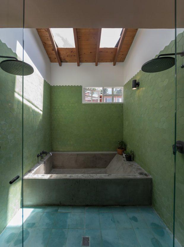 ห้องน้ำสีเขียวมีสกายไลท์