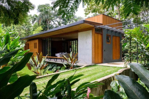 บ้านคอนกรีตผสมไม้โปร่ง ๆ