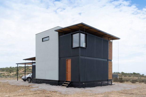 บ้านตู้คอนเทนเนอร์ 2 ชั้นสีดำ