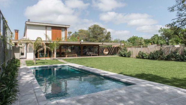 บ้านสองชั้นโปร่ง ๆ เชื่อมต่อสระว่ายน้ำ