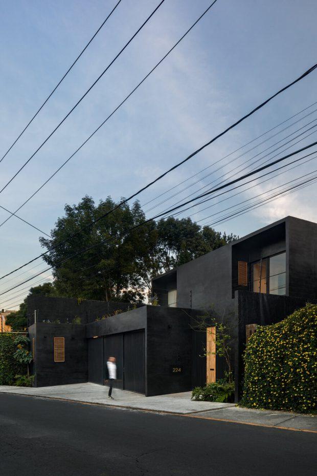 บ้านทรงกล่องสองชั้นสีดำ