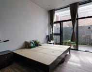 ห้องนอนผนังกระจกเชื่อมต่อสวนกลางแจ้ง