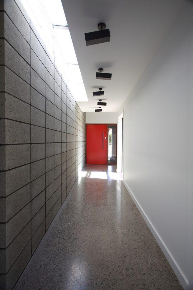 ผนังอิฐบล็อกมีช่อง skylight