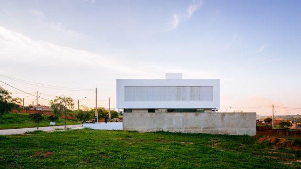 บ้านสีขาวฟาซาดโปร่ง ๆ