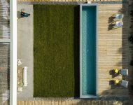 สนามหญ้าและสระว่ายน้ำ