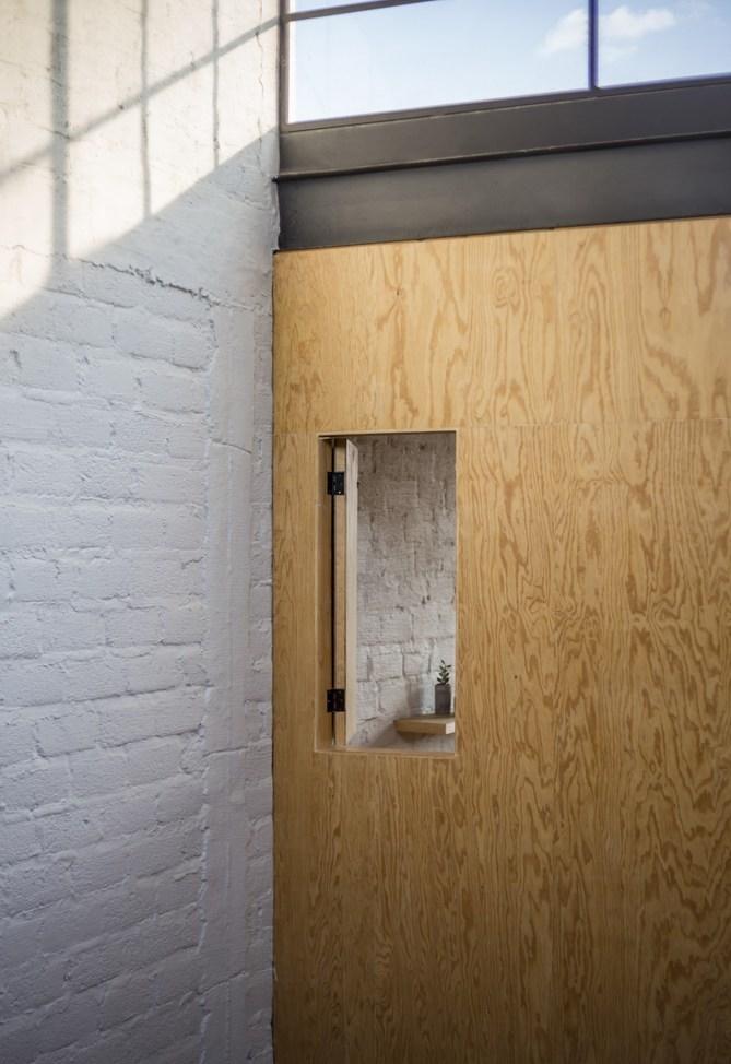 ประตูไม้อัดเจาะช่องเปิดเล็ก ๆ