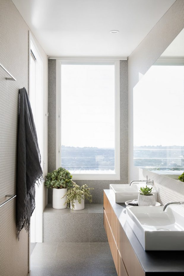ผนังกระจกใสในห้องน้ำ