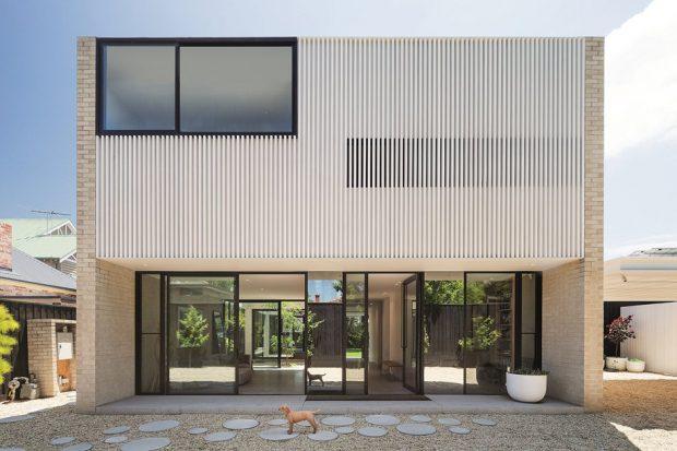 บ้านกล่องฟาซาดไม้ระแนงสีขาว