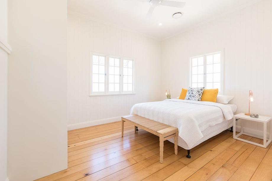 ห้องนอนสีขาวตกแต่งไม้
