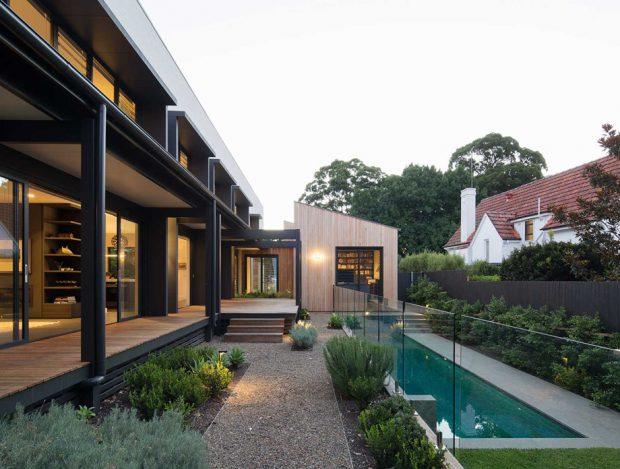 บ้านมีระเบียงและสระว่ายน้ำ