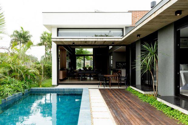 สระว่ายน้ำขนานไปกับบ้าน