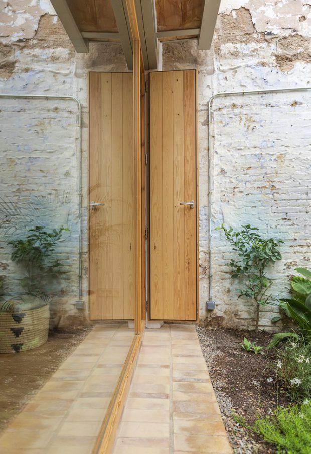 ประตูไม้บานเฟี้ยม