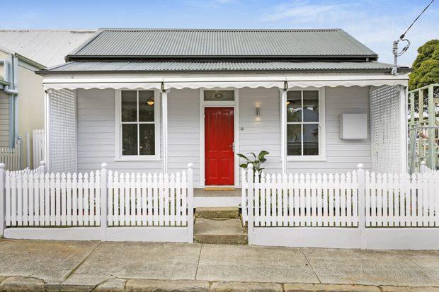 ประตูบ้านสีแดง