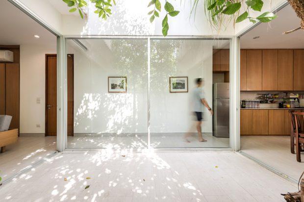 ผนังกระจกและทางเดินในบ้าน