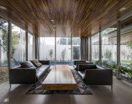 ห้องนั่งเล่นฝ้าเพดานกรุไม้