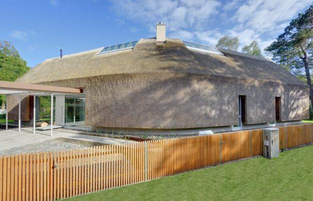 บ้านโมเดิร์นผนังและหลังคามุงหญ้า