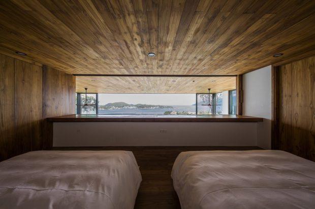 ผนังห้องนอนเปิดเห็นวิวทะเล