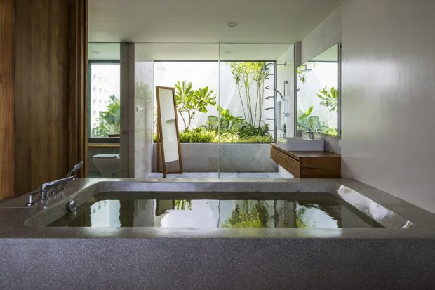 อ่างอาบน้ำผนังกระจกมองเห็นสวน