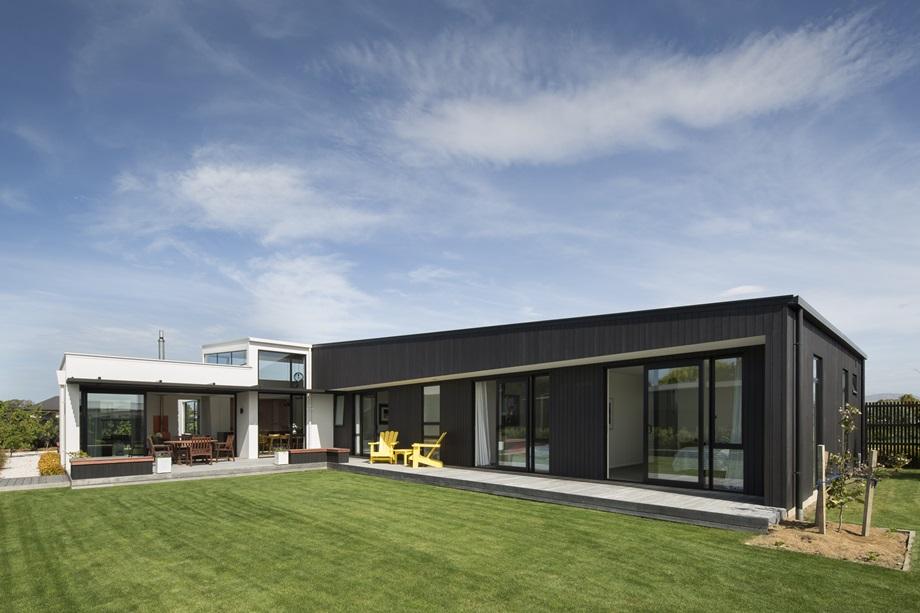 บ้านรูปตัวแอลล้อมสนามหญ้า
