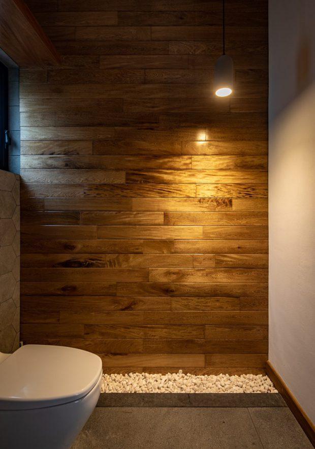 ห้องน้ำตกแต่งไม้และกรวด