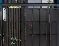 ประตูรั้วเหล็กสีดำ