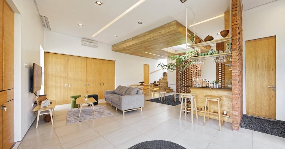 ห้องนั่งเล่นและครัวมีสวนตรงกลาง