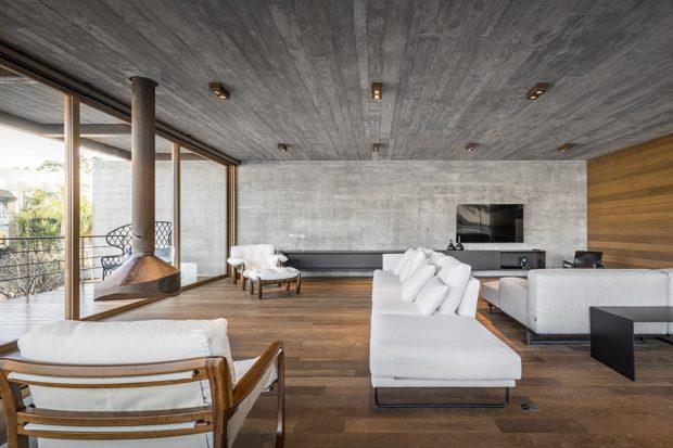 ห้องนั่งเล่นตกแต่งคอนกรีตและไม้