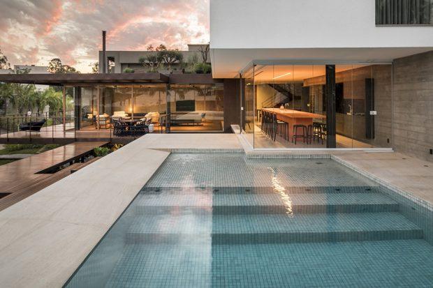 สระว่ายน้ำต่อเชื่อมกับบ้าน