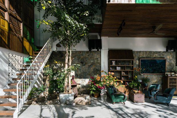 ห้องนั่งเล่นโล่ง ๆ ปลูกต้นไม้ใจกลางบ้าน