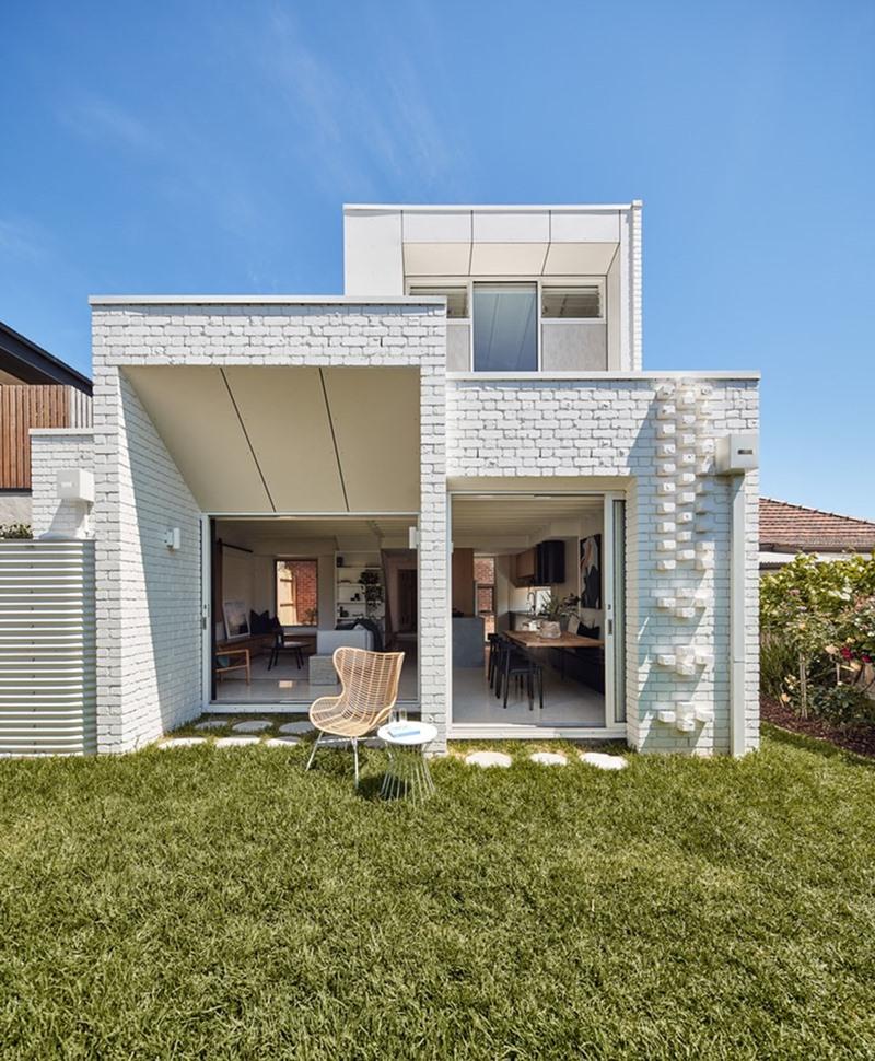 บ้านอิฐทรงกล่องสีขาว