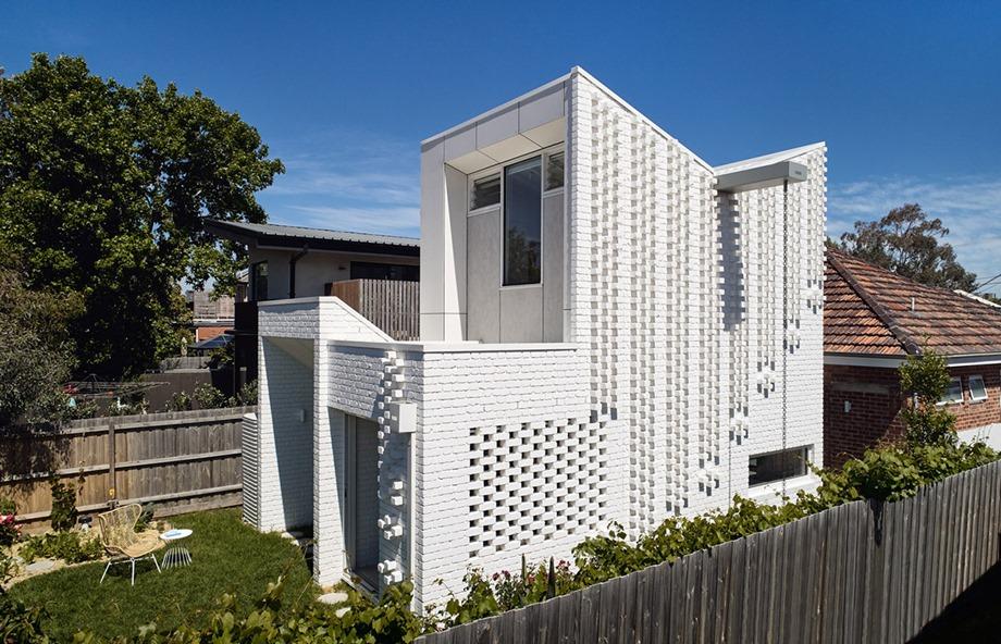 บ้านผนังอิฐสีขาว