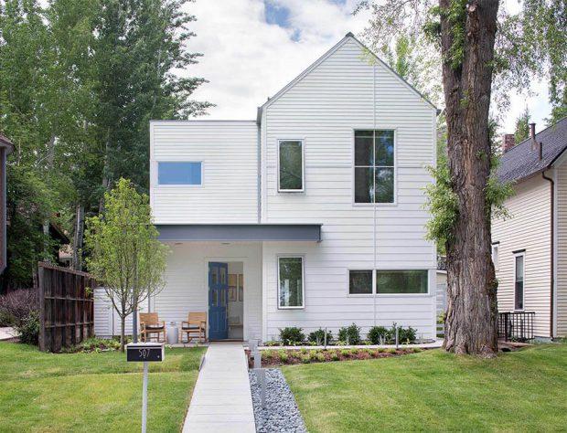 บ้านหลังคาจั่วสีขาว