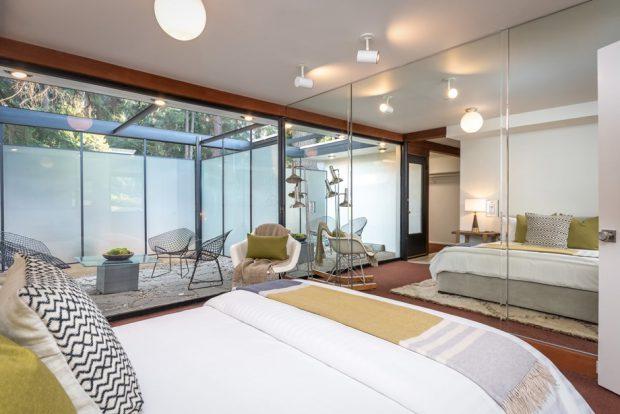 ตกแต่งห้องนอนด้วยกระจกเงาและกระจกใส