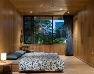 ห้องนอนตกแต่งไม้จัดสวนไว้ข้างนอก