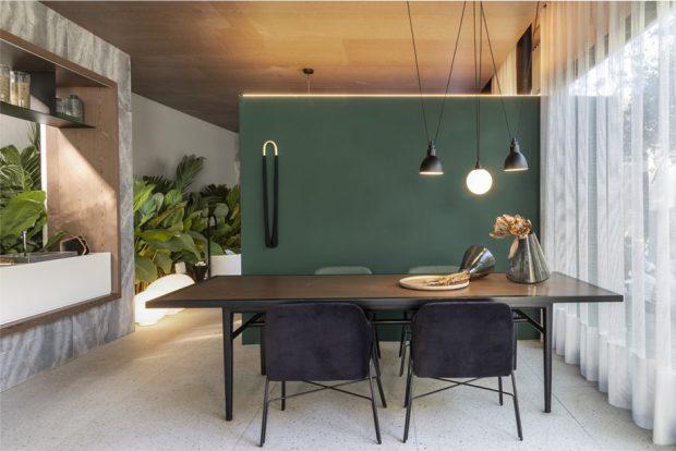 ผนังบ้านสีเขียวหัวเป็ด