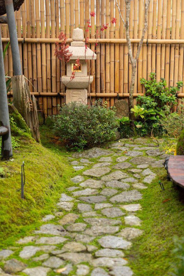 ทางเดินแผ่นหินในสวน