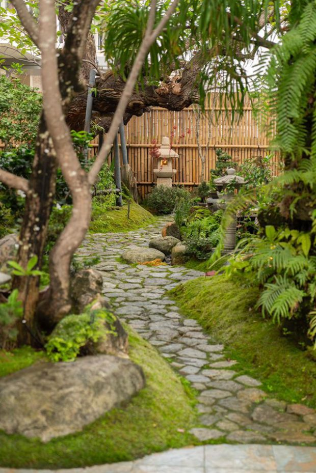 จัดทางเดินในสวนด้วยแผ่นหิน