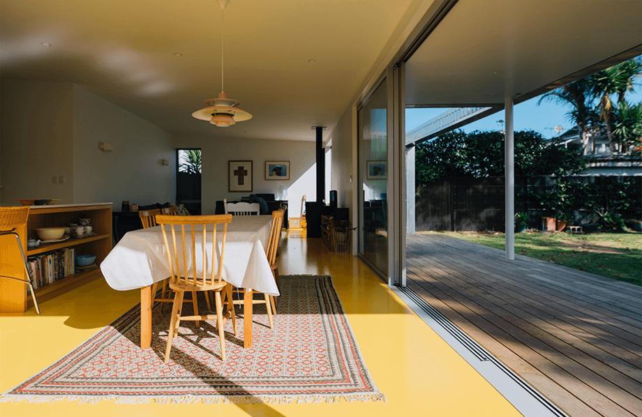 พื้นบ้านสีเหลือง