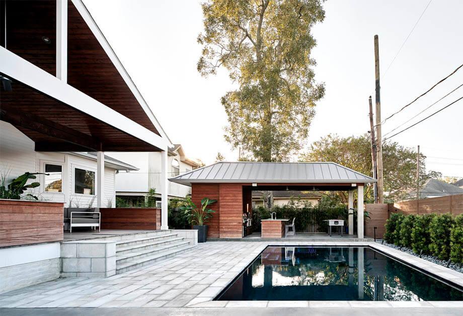 สระว่ายน้ำหลังบ้าน