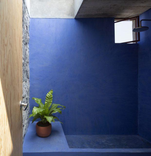 ผนังทาสีน้ำเงินหลังคา skylight