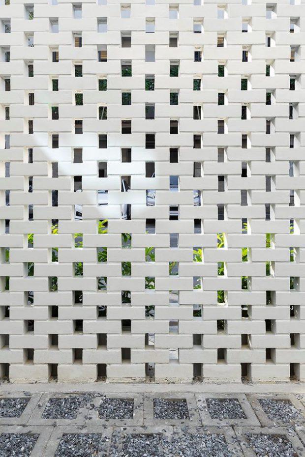 กำแพงรั้วอิฐช่องลมทาสีขาว