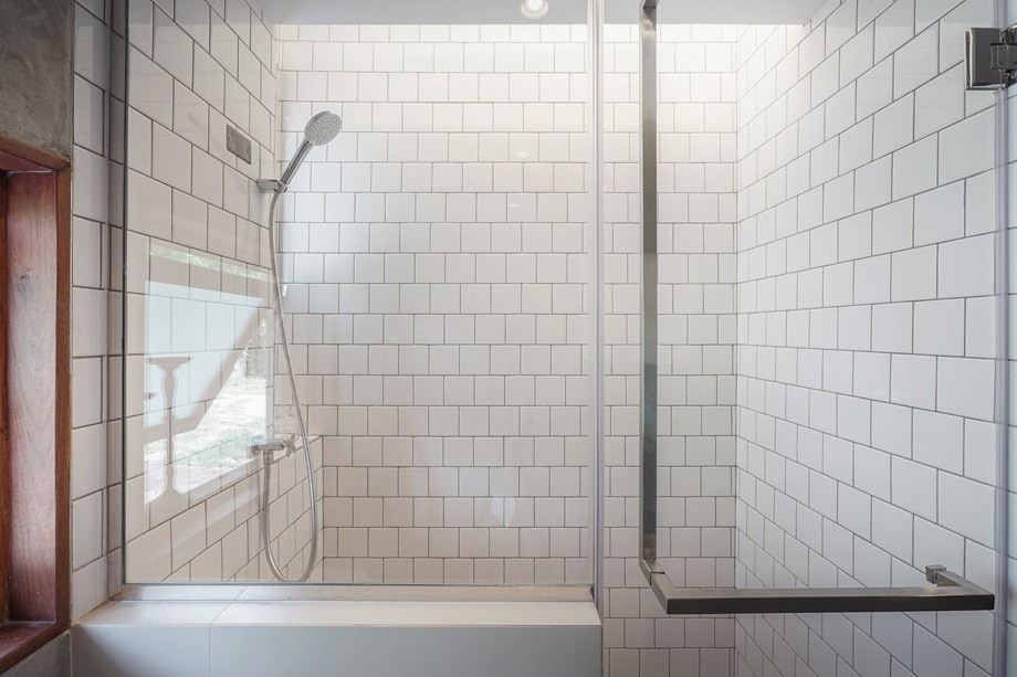 ห้องน้ำตกแต่งกระบื้องสีขาว
